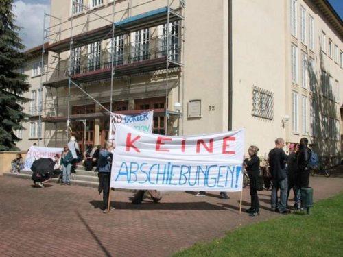 80 Demonstranten stoppen Ausweisung